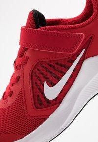 Nike Performance - DOWNSHIFTER 10 - Obuwie do biegania treningowe - universe red/white/black - 2