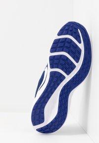 Nike Performance - DOWNSHIFTER 10 - Neutrální běžecké boty - deep royal blue/white/hyper blue - 5