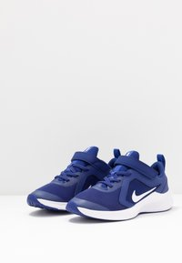 Nike Performance - DOWNSHIFTER 10 - Neutrální běžecké boty - deep royal blue/white/hyper blue - 3