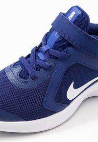 Nike Performance - DOWNSHIFTER 10 - Neutrální běžecké boty - deep royal blue/white/hyper blue - 2