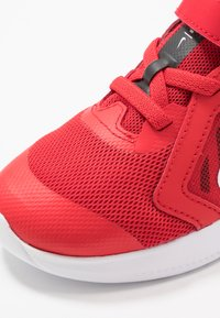 Nike Performance - DOWNSHIFTER 10 - Obuwie do biegania treningowe - universe red/white/black - 2