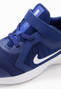 Nike Performance - DOWNSHIFTER 10 - Obuwie do biegania treningowe - deep royal blue/white/hyper blue