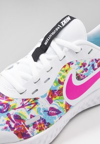 Nike Performance - REVOLUTION 5 FABLE - Obuwie do biegania treningowe - white/fire pink/blue fury - 2