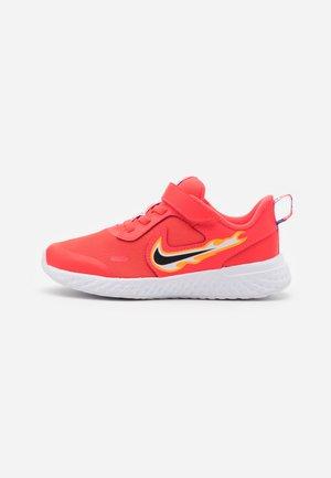 REVOLUTION 5 FIRE - Neutral running shoes - laser crimson/dark smoke grey/optic yellow