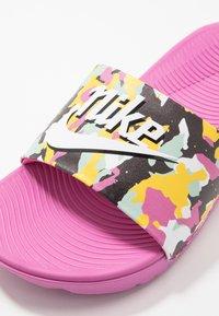 Nike Performance - KAWA SLIDE SE - Pool slides - cosmic fuchsia/white/emerald rise/speed yellow - 2