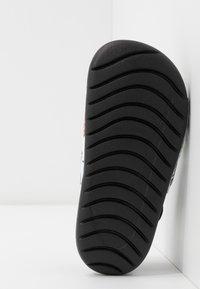 Nike Performance - KAWA SLIDE SE - Sandály do bazénu - black/white - 5