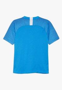 Nike Performance - T-shirt con stampa - light photo blue/coastal blue/white - 1