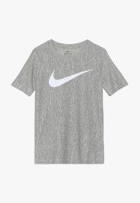 Nike Performance - CORE - T-shirt imprimé - medium olive/white - 0