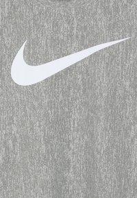 Nike Performance - CORE - T-shirt imprimé - medium olive/white - 4