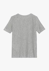 Nike Performance - CORE - T-shirt imprimé - medium olive/white - 1