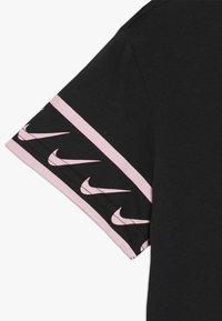 Nike Performance - TEE STUDIO - T-shirt imprimé - black/pink tint - 2