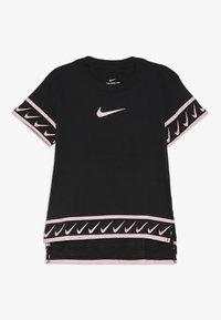 Nike Performance - TEE STUDIO - T-shirt imprimé - black/pink tint - 0