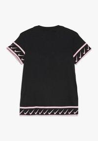 Nike Performance - TEE STUDIO - T-shirt imprimé - black/pink tint - 1