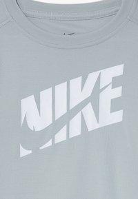 Nike Performance - T-shirt imprimé - light smoke grey/white - 3