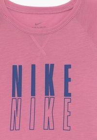 Nike Performance - TROPHY - T-shirt con stampa - magic flamingo/hyper blue - 3