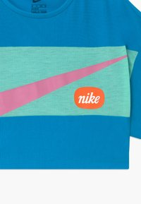 Nike Performance - Print T-shirt - laser blue/emerald rise/magic flamingo - 3