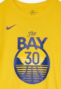 Nike Performance - NBA CURRY STEPHEN GOLDEN STATE WARRIORS STATEMENT TEE - Klubové oblečení - amarillo - 2