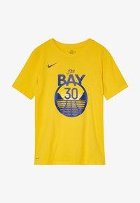 Nike Performance - NBA CURRY STEPHEN GOLDEN STATE WARRIORS STATEMENT TEE - Klubové oblečení - amarillo - 3