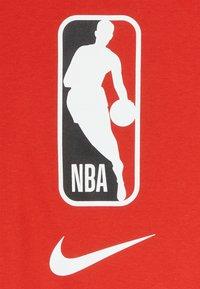 Nike Performance - NBA LOGO MAN TEE - Print T-shirt - university red - 3