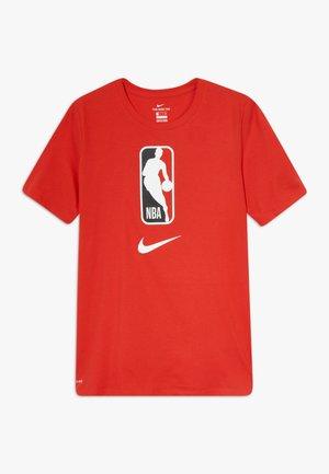NBA LOGO MAN TEE - T-shirt imprimé - university red