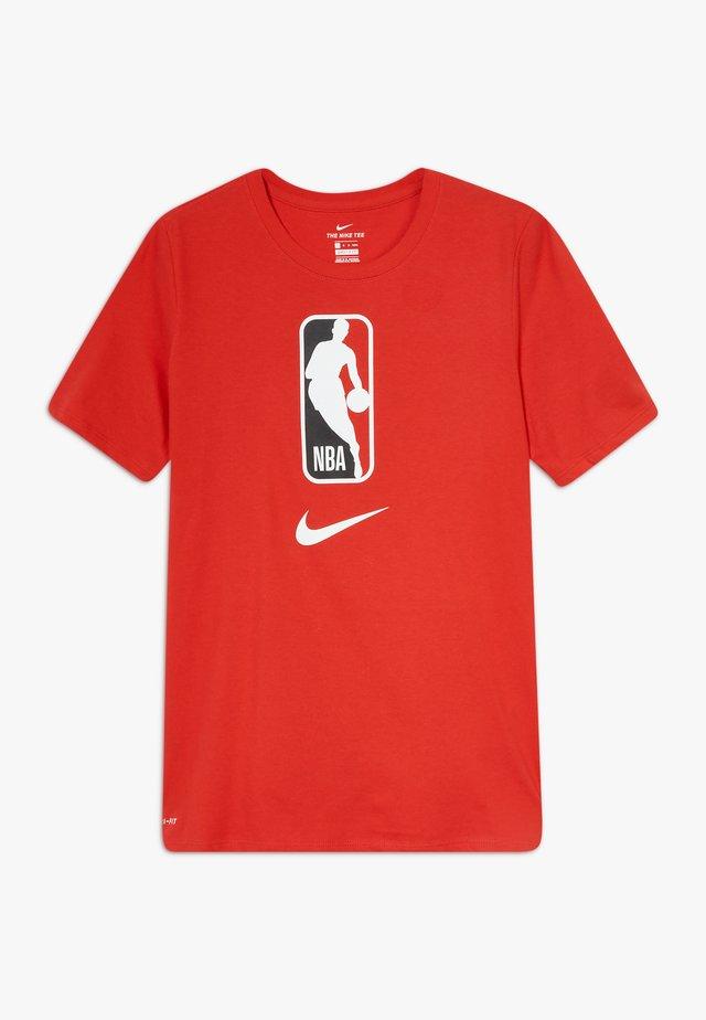 NBA LOGO MAN TEE - T-shirt z nadrukiem - university red