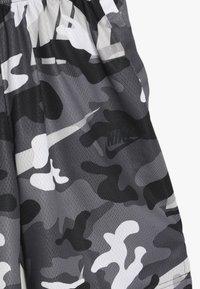 Nike Performance - DRY CAMO SHORT - Sportovní kraťasy - white/gunsmoke/thunder grey - 3