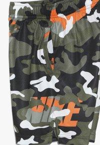Nike Performance - DRY CAMO SHORT - Short de sport - medium olive/total orange/legion green/anthracite - 4
