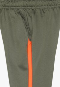 Nike Performance - THERMA PANT - Trainingsbroek - medium olive/total orange - 4