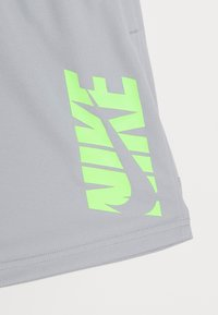 Nike Performance - Pantaloncini sportivi - light smoke grey/ghost green - 3