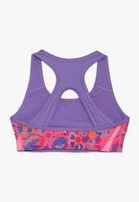 Nike Performance - BRA CLASSIC REVERSIBLE FEMME - Soutien-gorge de sport - hyper pink/space purple/white - 1