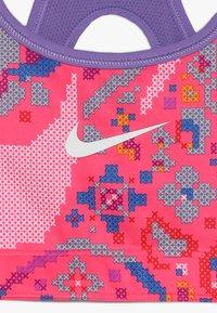 Nike Performance - BRA CLASSIC REVERSIBLE FEMME - Soutien-gorge de sport - hyper pink/space purple/white - 4