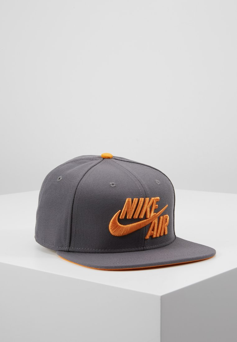 Nike Performance - PRO AIR - Berretto - dark grey/orange peel