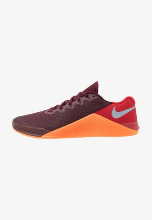 METCON 5 - Sports shoes - night maroon/light armory blue/university  red/total orange