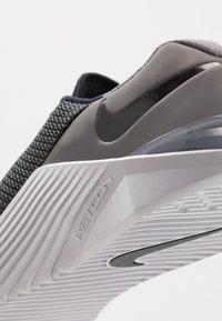 Nike Performance - METCON 5 - Sportovní boty - black/white/gunsmoke - 6