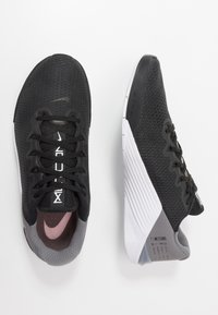 Nike Performance - METCON 5 - Sportovní boty - black/white/gunsmoke - 1