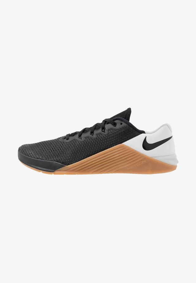 METCON 5 - Sports shoes - black/white/medium brown