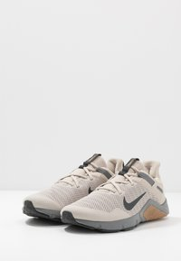 Nike Performance - LEGEND ESSENTIAL - Sports shoes - string/dark smoke grey/smoke grey/light brown - 2
