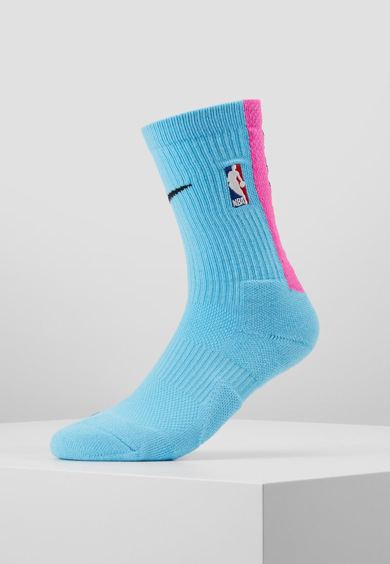 Nike Performance - NBA MIAMI HEAT CITY EDITION CREW SOCK - Calcetines de deporte - blue gale/laser fuchsia/black