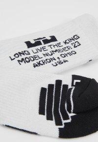 Nike Performance - LEBRON JAMES ELITE CREW SOCK - Calcetines de deporte - white/black - 2