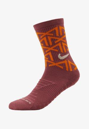EVERYDAY METCON CUSH CREW - Sports socks - shadowberry/magma orange