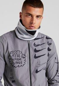 Nike Performance - THERMA SPHERE ADJUSTABLE NECK  - Szalik komin - wolf grey/black/anthracite/metallic cool grey - 1