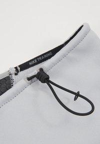 Nike Performance - THERMA SPHERE ADJUSTABLE NECK  - Szalik komin - wolf grey/black/anthracite/metallic cool grey - 5