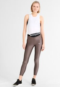 Nike Performance - SLIM WAISTPACK - Ledvinka - black/silver - 1