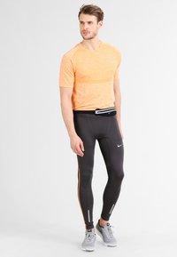 Nike Performance - SLIM WAISTPACK - Ledvinka - black/silver - 0