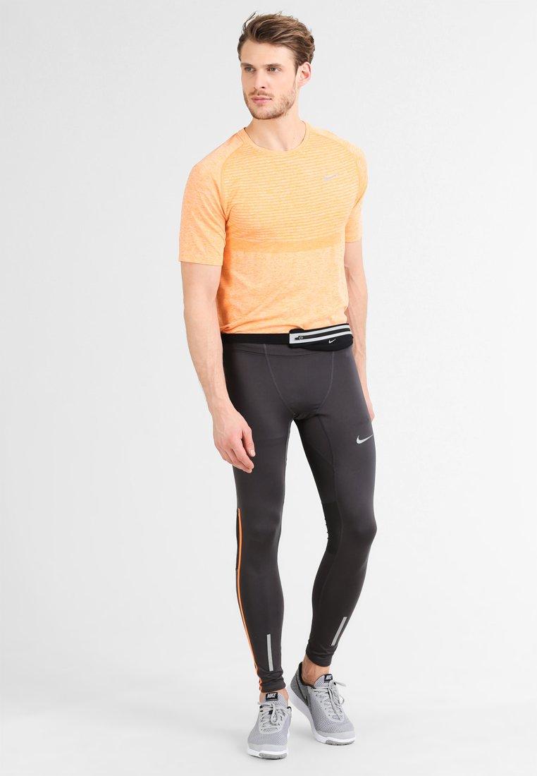 Nike Performance - SLIM WAISTPACK - Ledvinka - black/silver