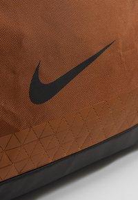 Nike Performance - JET DRUM MINI - Torba sportowa - ale brown/black/black - 6