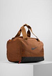 Nike Performance - JET DRUM MINI - Torba sportowa - ale brown/black/black - 3