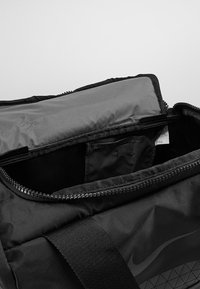 Nike Performance - JET DRUM MINI - Sportovní taška - black/black/black - 4