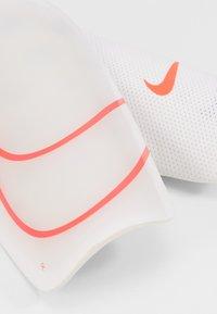 Nike Performance - MERCURIAL LITE - Schienbeinschoner - white/black/laser crimson - 4