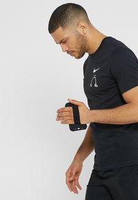 Nike Performance - HANDHELD - Pozostałe - black/black/silver - 1